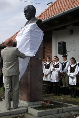 Tamási Áron író mellszobra
